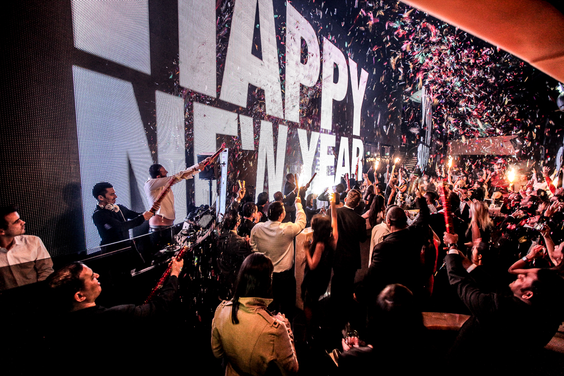 Armani Privé Dubai exclusive nachtleven grote schermen grote flessen drank mooie vrouwen